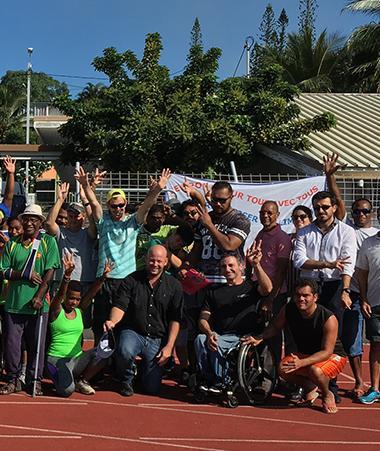 Christopher Gygès entouré des acteurs de la Ligue calédonienne de sport adapté-handisport et d'une partie des participants au challenge d'avril.
