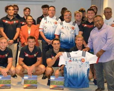 Photo de groupe, avec les représentants des institutions en tenue ! Tous professionnels, la plupart des joueurs internationaux sont sous contrat avec la FFR, leur employeur.