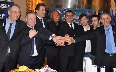 Philippe Germain en compagnie sportive, avec le président du CNOSF (à gauche), le directeur général de l'Insep (3e à gauche), Charles Cali (1er à droite), ou encore Antoine Kombouaré et l'ex-judoka Thierry Rey (2e à gauche)