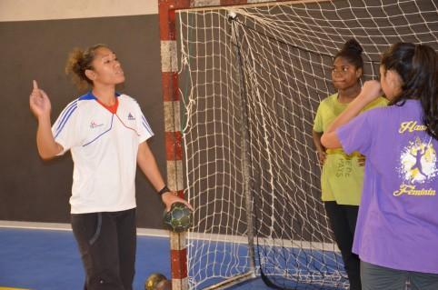 Selon Olivia, responsable du pôle espoirs féminin (à gauche), Cassidy n'est jamais satisfaite de ses performances !
