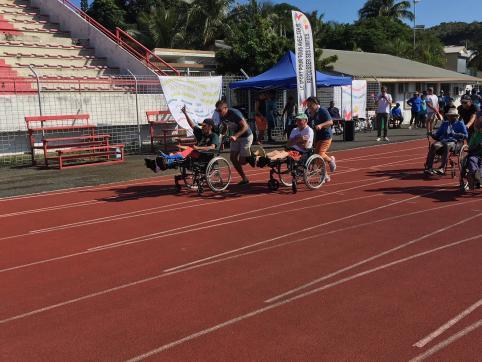 La course sur 50 mètres, en fauteuil et dans la bonne humeur.